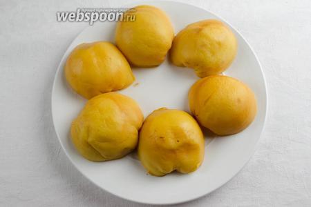 Готовые фрукты вынуть. Выложить на блюдо. Нагреть духовку до 180 °C.