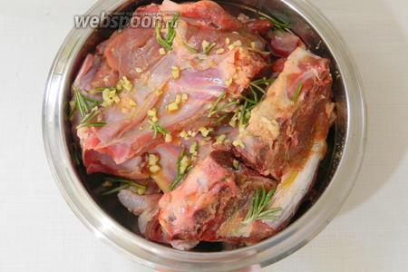 Бараньи рёбрышки солим, перчим, посыпаем измельчённым чесноком, листиками розмарина и сбрызгиваем оливковым маслом. Хорошо перемешиваем и оставляем на 30 минут.