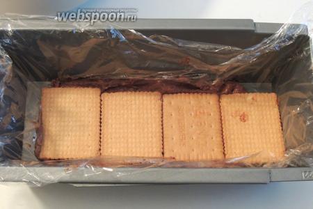 Выкладываем около 4 печеньев сверху. Затем опять крем и слой печенья до заканчивания продуктов. Шоколадной массой заканчиваем собирание. Накроем и уберём в холодильник как минимум на 1,5 часа.