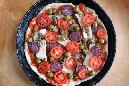 Добавьте сверху кружочки томатов, салями, оливки. Я не солю начинку, мне хватает соли от оливок, салями и сыра. Но всегда можно посолить по вкусу, если необходимо.