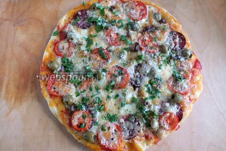 Каждая пицца печётся примерно 20-25 минут. Достаньте её из духовки, присыпьте небольшим количеством рубленой зелени и тёртым пармезаном и подавайте к столу горячей. Из данного количества продуктов получается 3 пиццы. Приятного аппетита!