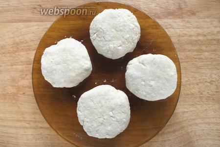 Формируйте небольшие сырники мокрыми руками, немного обваливая их в муке. Оставьте на столе на 10 минут.