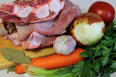 Для приготовления блюда взять говяжью грудинку с хрящиками, лук, морковь, корень и стебли сельдерея, помидоры, петрушку, кинзу, тимьян, кавказские пряности сухие, чеснок.