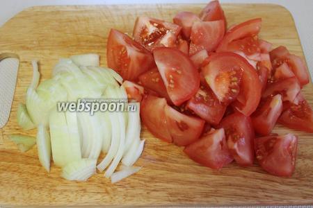 Нарезать дольками остальной лук и помидоры.