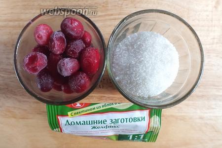 Подготовьте необходимые ингредиенты: замороженную клюкву, сахар, порошок пектина. Возможно, понадобится немного воды, если клюква не очень сочная.