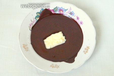 Поочередно кокосовые батончики окунаем в шоколад со всех сторон.