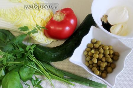 Для приготовления салата нужно взять листья пекинской капусты, огурцы, помидоры, зелёный горошек, перо зелёного лука и чеснока, зелень петрушки и базилика.