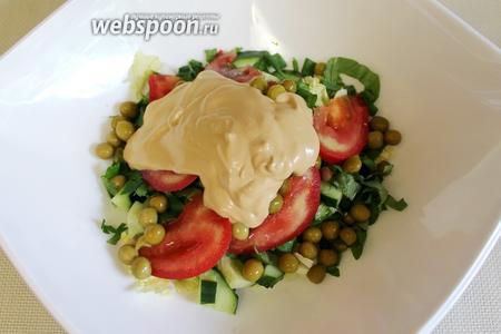 Заправку вылить сверху горки овощей. Подавать такой салат удобно в порционных салатниках, добавив сухарики.