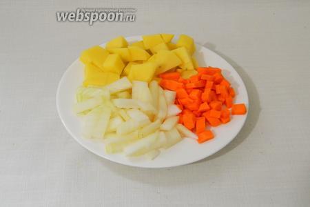 Лук, морковь и картофель нарезаем кубиками.