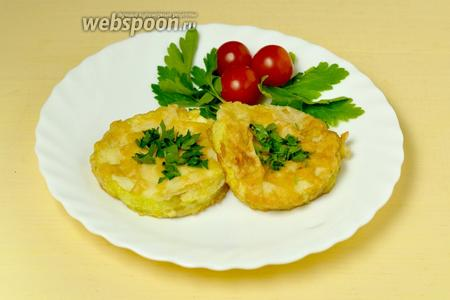 Подаём кабачковые кольца с омлетом, посыпав зеленью. Свежие овощи и сыр тоже будут уместны.