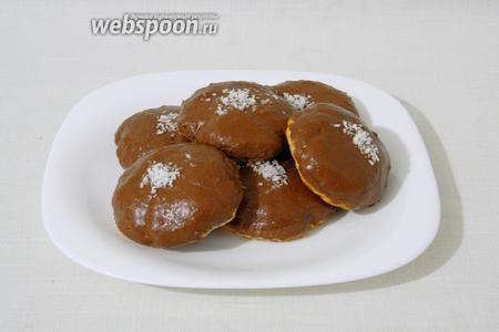 Готовое печенье украшаем кокосовой стружкой и подаём.