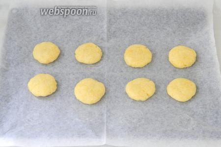 Формируем небольшого размера печенье и выкладываем на противень с пергаментной бумагой.