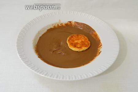Растапливаем шоколад и мокаем в него печенье.
