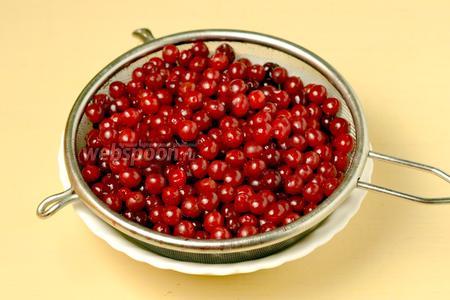 Тщательно промываем ягоды и даём стечь воде.