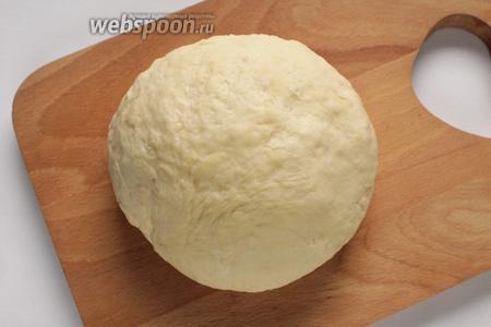 Должно получится не липнущее к рукам тесто. Завернуть тесто в плёнку и оставить на час в холодильнике.