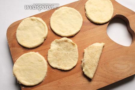 Тесто раскатать и вырезать стаканом кружочки. На блюдце смешать сахар с корицей. Можно без корицы, кружок обмакнуть в сахар и сложить пополам.
