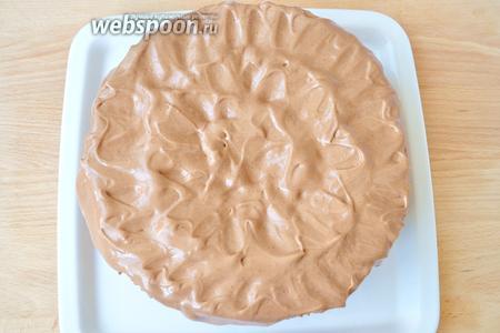 На охлажденный торт наносим остатки крема, имитируя медвежью шубку. Делаем это мазками чайной ложкой.