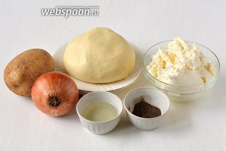 Для приготовления вареников с картофелем и творогом нам понадобится картофель, творог, подсолнечное масло, лук,  тесто для пельменей , соль, перец чёрный молотый.