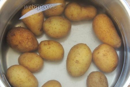 Довести воду до кипения и отварить картофель «аль-денте».