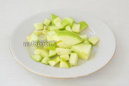 Яблоко делим на половинки, удаляем сердцевину и нарезаем кубиками. На один блин достаточно половинки яблока.