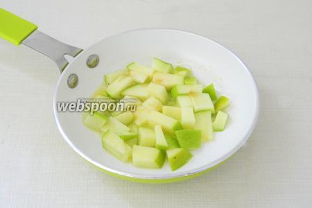 В небольшой сковороде растапливаем сливочное масло и слегка обжариваем яблоки. Они не должны разваливаться и держать форму.