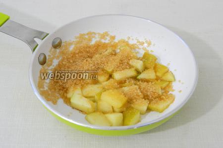 Высыпаем к яблокам коричневый сахар, поливаем соком половинки лимона.