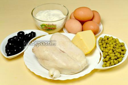 Для приготовления салата нам понадобится варёная куриная грудка, консервированный зелёный горошек, яйца, сыр, чеснок, маслины, листья салата и майонез.