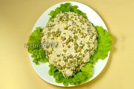 На плоское блюдо выкладываем четыре крупных листа салата, на них — полученную салатную смесь, придавая форму туловища ежа.