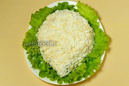Обмазываем равномерно уже уложенную часть салата смесью яиц и сыра. Добавляем недостающие фрагменты салата, чтобы была «полянка» для «ёжика».