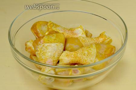 Куриные голени маринуем, обмазав солью, карри и кориандром.
