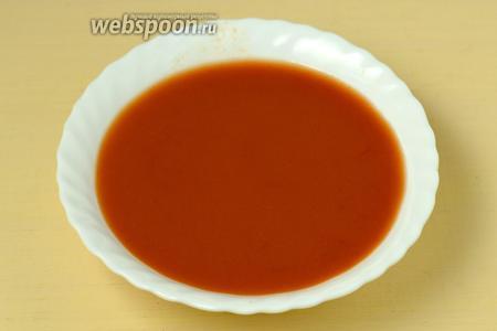 Смешиваем томатный соус с водой, добавляем соль и сахар. В зависимости от кислоты томатного соуса можно положить от 1 до 3 чайных ложек сахара, имея в виду, что кислый вкус ещё добавится от чернослива.