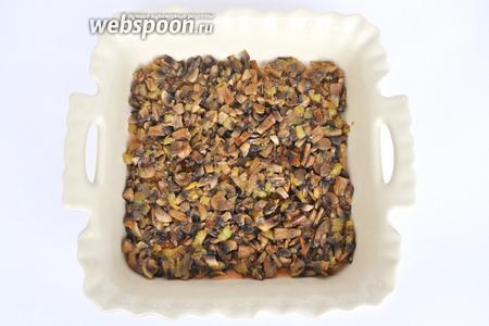 Выкладываем листы лазаньи встык один к другому. На них выкладываем грибную начинку и слой соуса аврора.