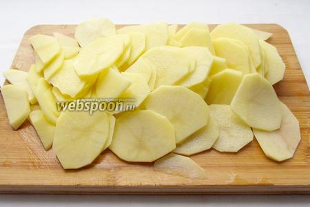 Картофель очистить и нарезать очень тонкими кружочками. Я резала ножом, можно это сделать специальной тёркой.