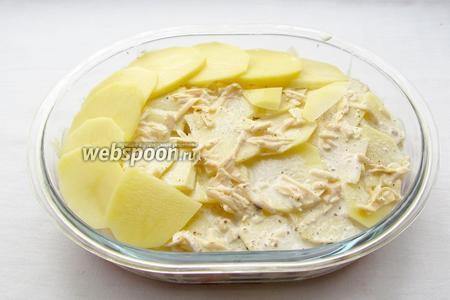 Полить заливкой первый слой картофеля и выложить второй слой.