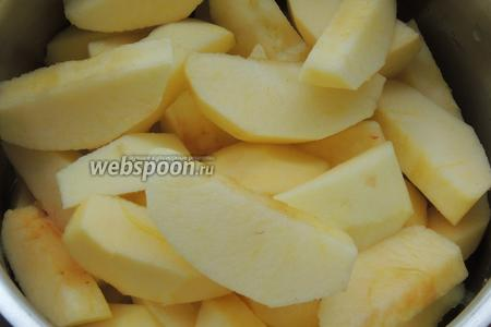 Очищаем яблоки от кожицы и серцевинок с косточками, режем на кусочки и отправляем в кастрюлю.