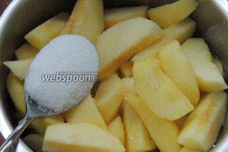 Добавим сахар и ванильный сахар. Доведём до кипения, уменьшим огонь, накроем крышкой и варим около 10-13 минут до мягкости яблок, переодически перешивая.