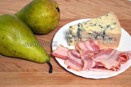 Для приготовления запеченных груш нам понадобятся собственно сами груши, бекон, которые порезан тонкими полосками, сыр с плесенью, тимьян. Груши берите зрелые, но не мягкие.