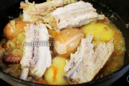 В конце добавить шпикачки или сардельки, порезать мясо.