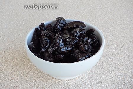 Чернослив вымыть, замочить на 5 минут в горячей воде, а затем обсушить и разрезать каждый плод на 4 части.