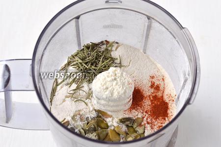 В чаше блендера соединить муку, 3 столовых ложки тыквенных семечек, паприку, розмарин, соль.