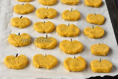 Выложить печенье в форму для выпечки на кулинарную бумагу. Выпекать 12-15 минут при 180°С.