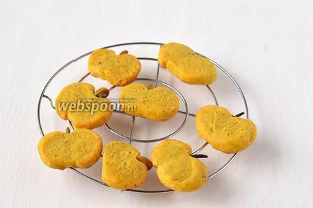 Охладить готовое печенье на решётке.