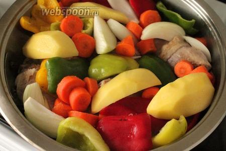 Огонь убавить до минимума и добавить овощи: у меня перец, картофель, морковь, лук. Посолить.