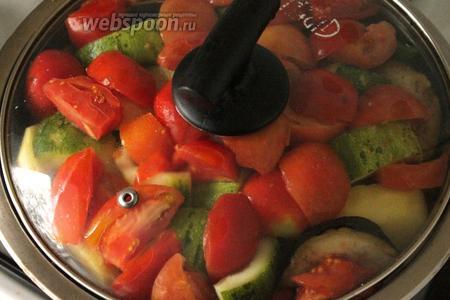 Добавить специи. Последним слоем добавить порезанные помидоры. Влить пиво. Накрыть плотной крышкой.