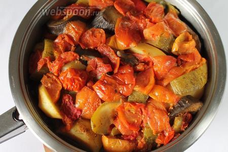 Овощи дадут сок. Хашлама готовится на самом маленьком огне около 1,5-2 часа. При подаче посыпать зеленью.