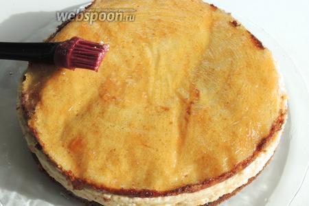 Подогреем конфитюр или желе и хорошо смажем им верх и бока торта. Подсушим около 10 минут.