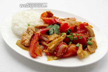 Завершающим этапом приготовления блюда является зелень. Нарежьте ту зелень, которая у вас есть и посыпьте ею блюдо. Подавать куриное филе с красным перцем предпочтительнее с отварным рисом.
