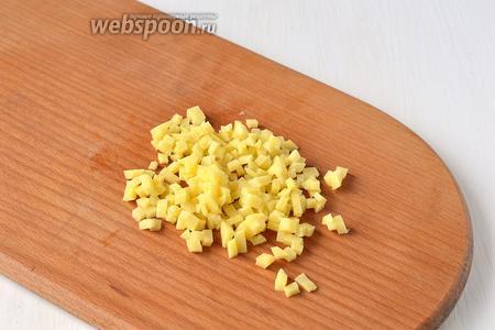 Картофель 700 грамм почистить и порезать мелким кубиком.