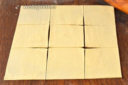 Тесто раскатать толщиной 1 мм и порезать на квадраты со стороной 8-9 сантиметров.