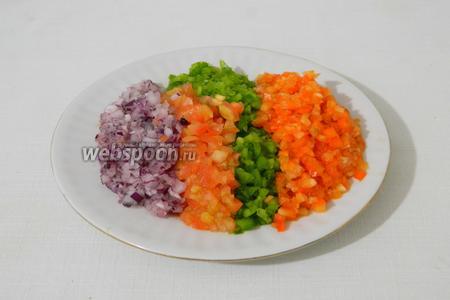 Все овощи нарезать кубиками, а затем пройтись ножом и измельчить их практически в фарш. Таким же способом измельчаем и петрушку.